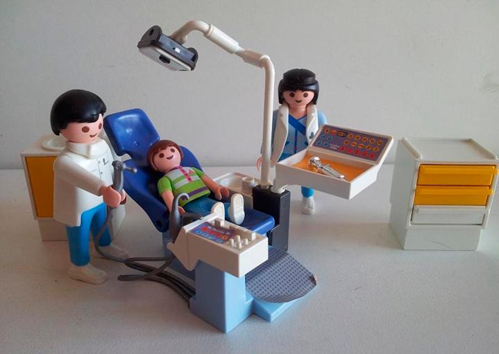 playmobil-dentista-con-paciente-ayudante-recepcionista_iZ1451XvZxXpZ4XfZ60490670-463152326-4.jpgXsZ60490670xIM